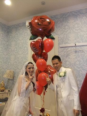 新婦さまの好きな薔薇と赤のバルーンを使ったバルーンブーケ。べりーではお二人らしさを大事に商品のご提案をしています。
