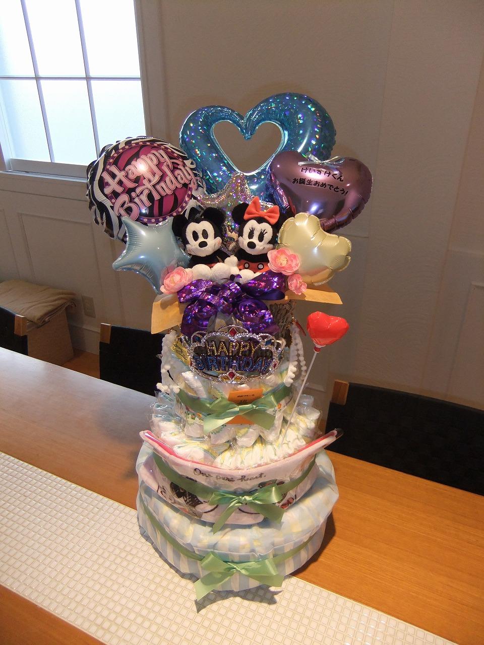 スペシャルオーダーのおむつケーキはスペシャルかわいい!ポエトリーバルーンと一緒にお仲間から贈られました。