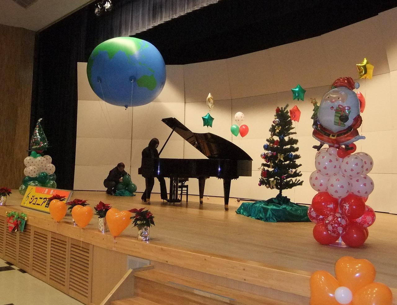 子供達のXmasミニコンサート。大きな地球儀のバルーンが登場!夢が広がる舞台となりました(^-^)