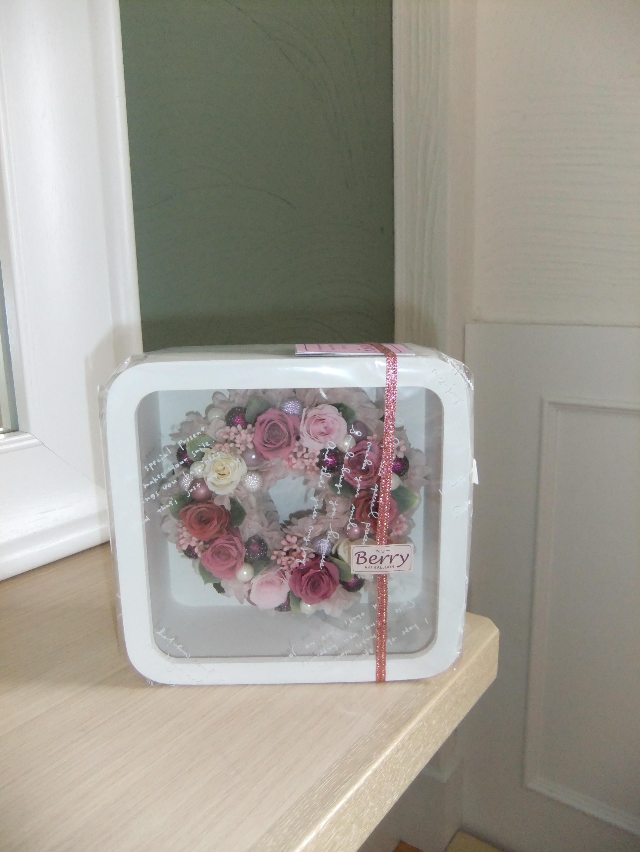 白の木枠に入ったピンクのプリザーブドフラワーのリース。見ているとウットリ、乙女ゴコロをくすぐります❤