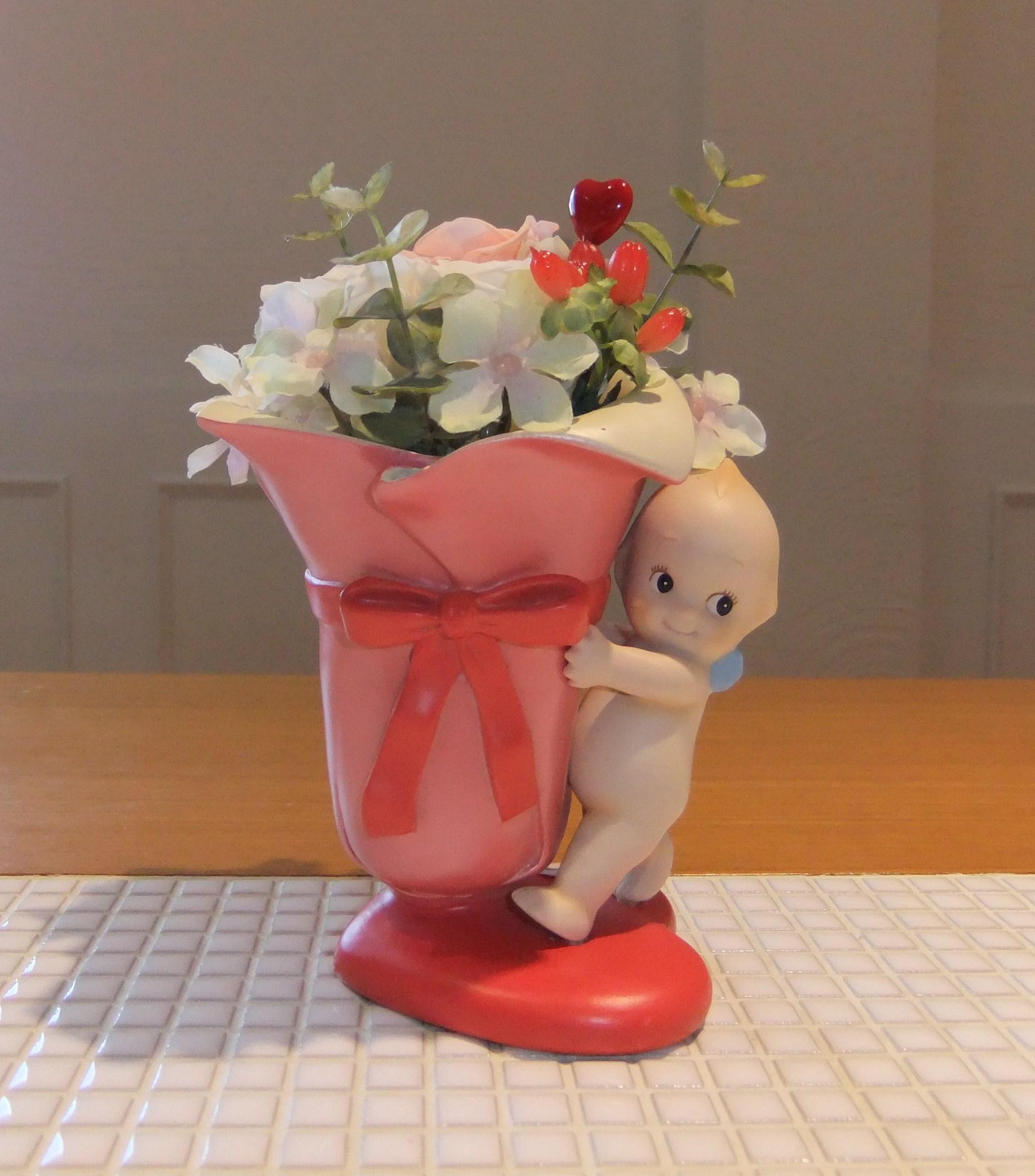 キュートなキューピーの花器にプリザーブドフラワーのアレンジ。誕生日や出産のお祝いに、笑顔を運んでくれます♪