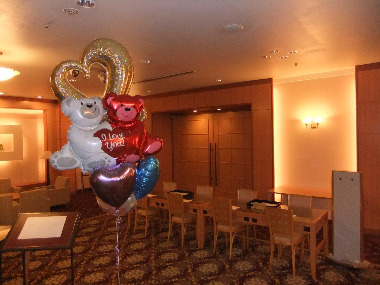 ホテルの広いホアイエには、華やかなバルーンブーケを飾って結婚式らしさを演出するのがおススメです!