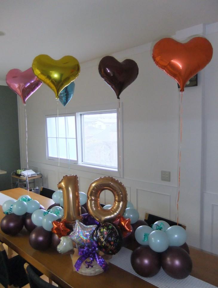10周年記念パーティーの受付に飾るバルーンアレンジ(中央)と卓上に飾るテーブルアレンジのセットです。 華やか、しかもリーズなブル!