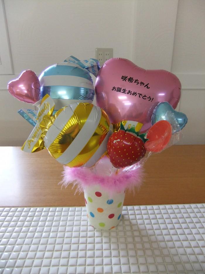 おむつケーキのバルーンが可愛いドット柄のカップに入りました。赤ちゃんのお名前、無料でお入れいたします!アレンジはそのままポンと置くだけ、お部屋が可愛く、華やかに(^v^)