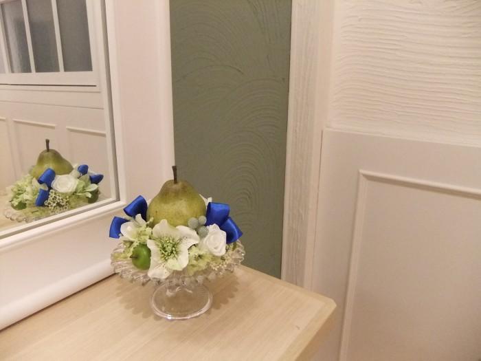 お花とフルーツを組み合わせると瑞々しいアレンジになります。ガラスの器とブルーのリボンでさらに瑞々しく。