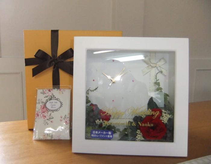 贈る相手のお好きなカラーでお花をアレンジいたします。時計は日本製で保証書がついています。化粧箱入り。¥11,000~