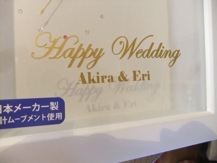 時計のガラス面に、メモリアルな記念の文字が入ります。(Happy Wedding、Birthday、Thank youなど)