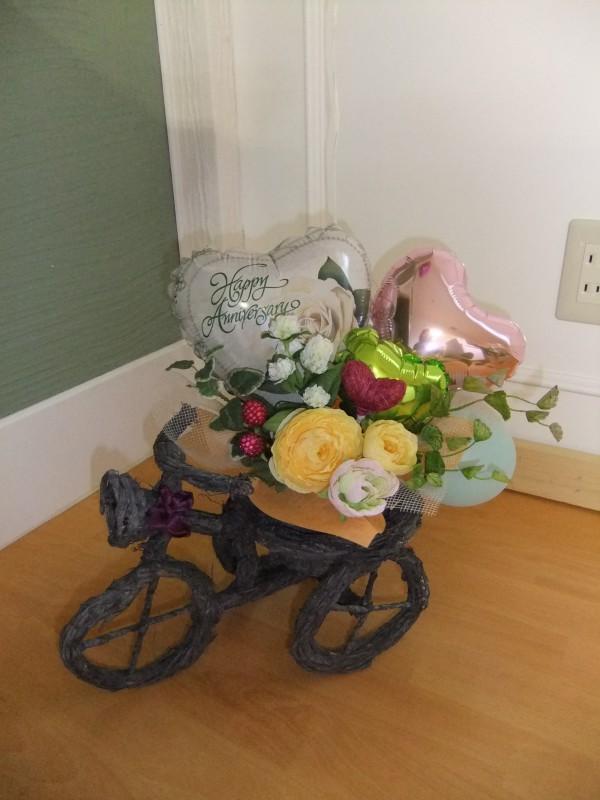 「チャリジェンヌ♡」自転車かごにお花とハートバルーンをのせると爽やかで華やかなアレンジができあがりました✿床置き・テーブル置きどちらもさまになるアレンジで便利!そして長期装飾も可能です!