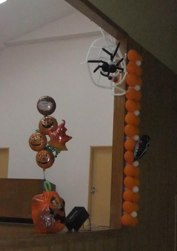 体育館の隅にクモの巣が!よく見るとてんとう虫を捕まえていますよ。