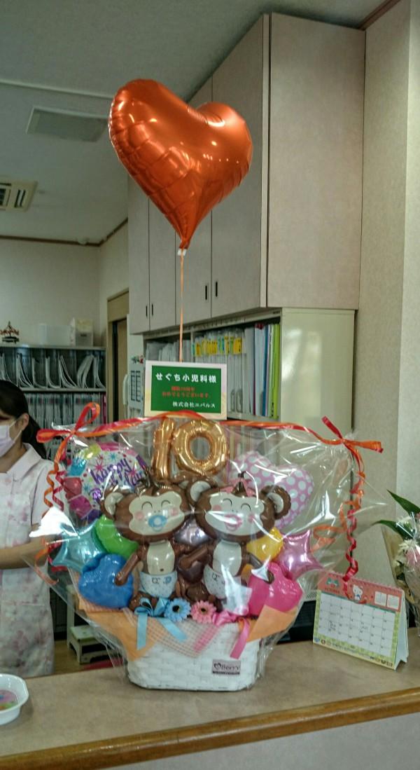 開院10周年のお祝いにバルーンアレンジ!受付がパッと明るく華やかになりました。
